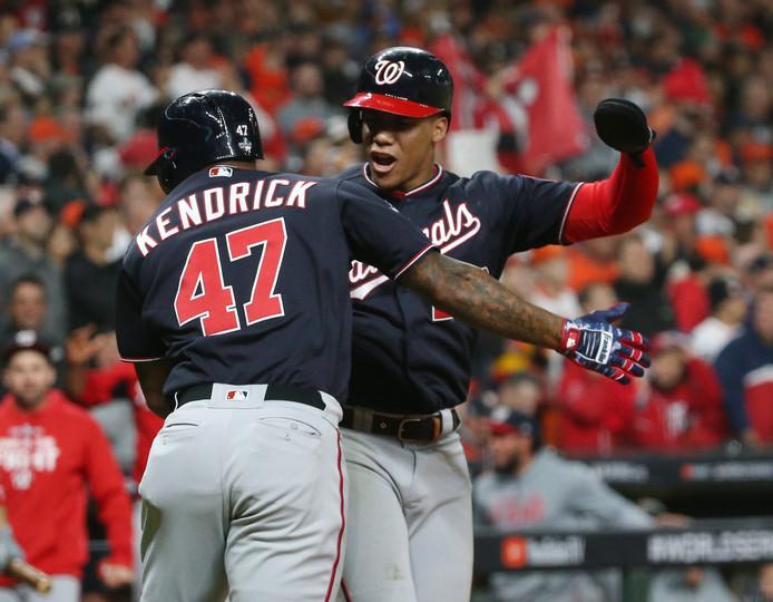 Howie Kendrick (47) heeft een homerun geslagen en viert dat met Juan Soto.