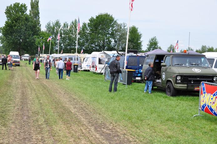 De mooiste bussen stonden tijdens het Pinksterweekend bij elkaar in een weiland in Waspik.