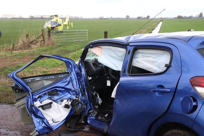 Een auto is zwaar beschadigd bij een eenzijdig ongeluk op de N320 bij Culemborg. De bestuurder is met spoed naar het ziekenhuis gebracht.