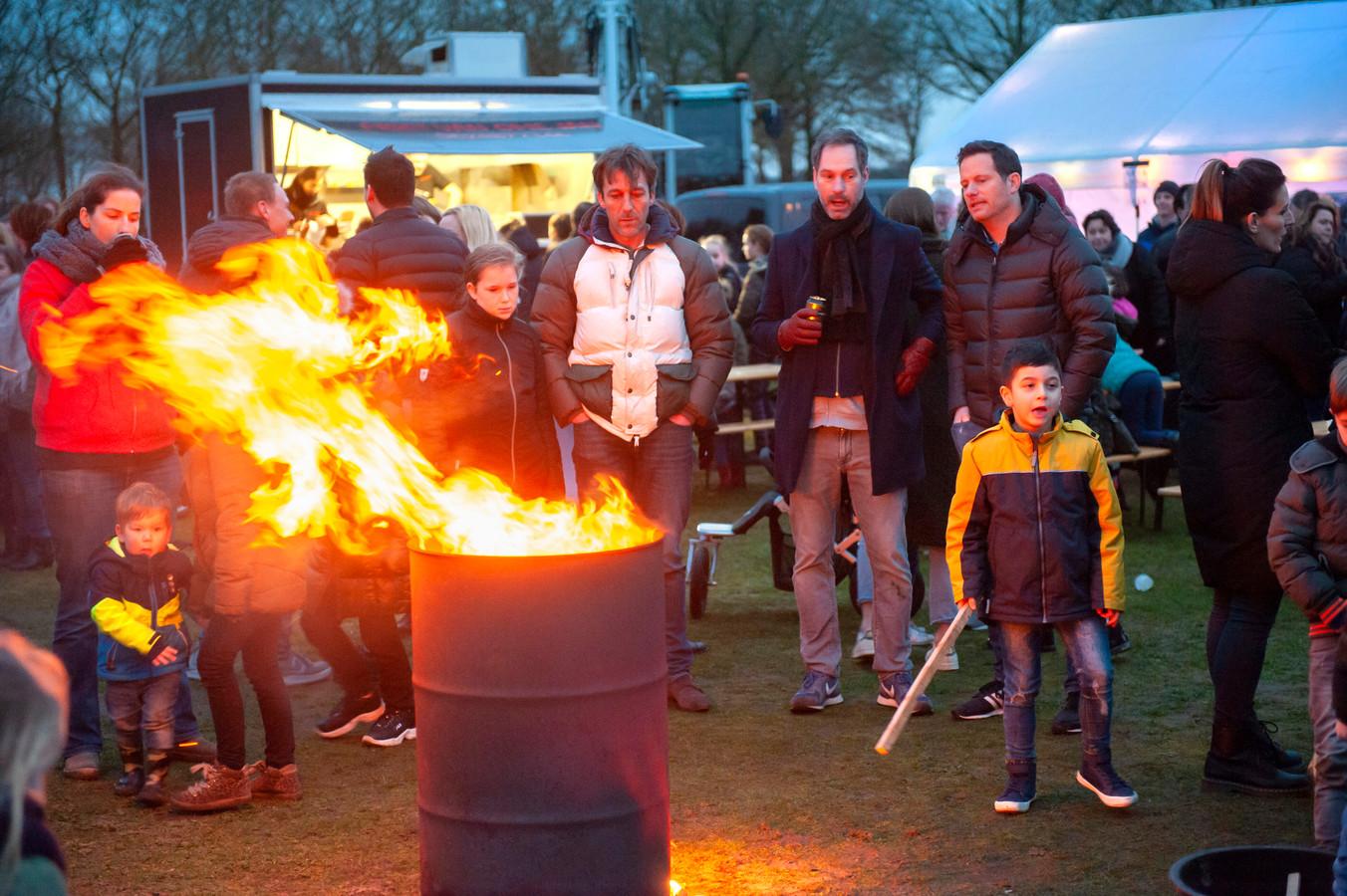 Nieuwkuijk. Bezoekers van het vreugdevuur op De Heuvelen in Nieuwkuijk konden zich lekker opwarmen bij een van de vuurtonnen
