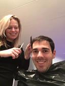 Daphne uit Capelle aan den IJssel is eigenlijk docent maar mocht de haren van vriendlief Dion onder handen nemen. Hij was gelukkig blij met het eindresultaat.