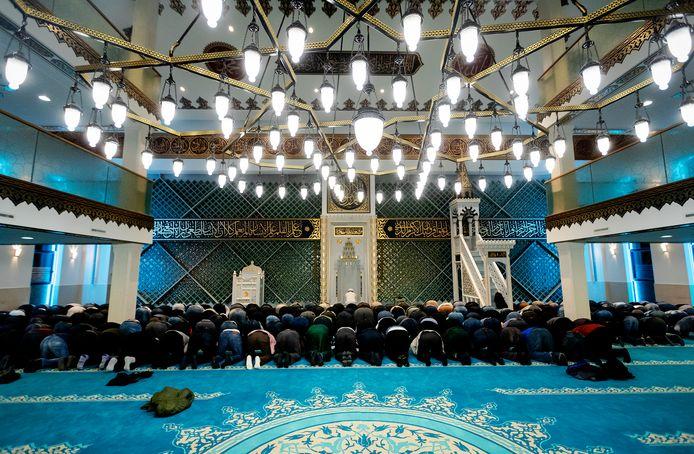 Bezoekers van de Turkse Ulu moskee vorig jaar tijdens het avondgebed aan het begin van de vastenmaand Ramadan.