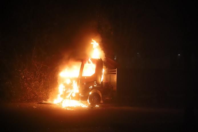 Van een vrachtwagen met kraan brandde aan de Beethovenstraat in Tiel de cabine uit.