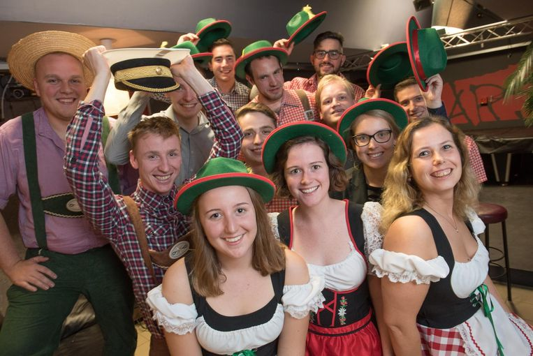 Dames in Beierse jurken en mannen in lederhosen zullen de feestgangers voorzien van drank.