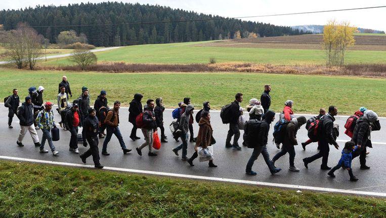 Migranten lopen bij Beieren de grens tussen Oostenrijk en Duitsland over. Beeld afp