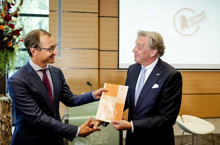 Voorzitter Ed Nijpels presenteerde eerder dit jaar de hoofdlijnen van wat het klimaatakkoord moet worden aan minister Wiebes.  Beeld ANP