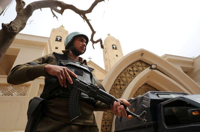 Een Egyptische politieman bewaakt een kerk in Tanta, waar in april een bomaanslag werd gepleegd door IS. Beeld REUTERS