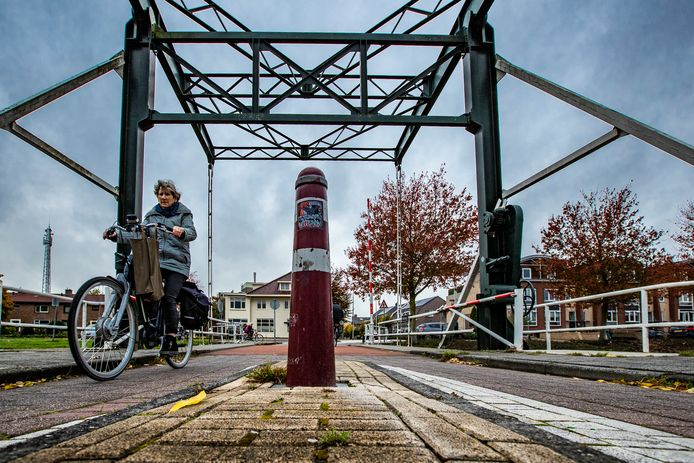 Auto's mogen niet over de brug over het kanaal bij de Schoolstraat in Raalte. Maar het zou best een lekkere route zijn. Dus hier blijft een paaltje staan, maar dan wel een andere. Zodat als er een ongeval gebeurt, de gevolgen minder ernstig zijn.