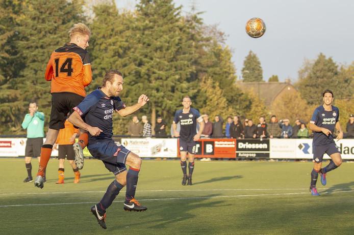 Dirk van Eck van SBC torent boven Rick Verbeek van PSV uit.