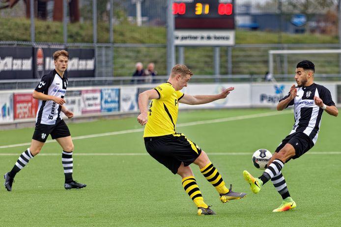 Be Ready-speler Siem Velthoven (midden) werkt weg voordat Sofyan Asrih (rechts) namens Oosterhout gevaarlijk kan worden. Links kijkt Oosterhout-speler Wesley Stadhouders toe.