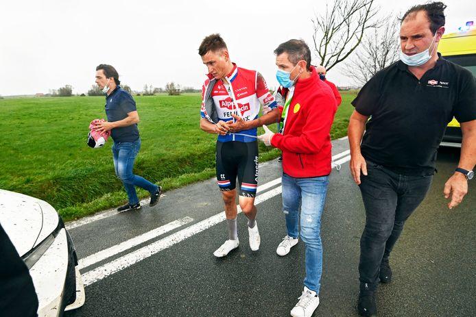 Mathieu van der Poel moet Driedaagse Brugge-De Panne verlaten na een valpartij in een greppel.