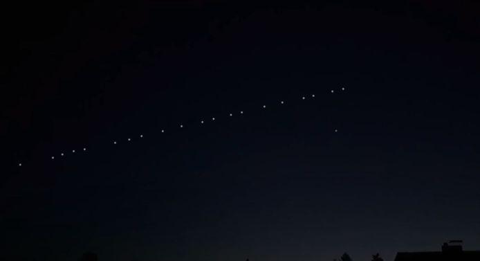 Starlink satellieten in een kaarsrechte lijn.