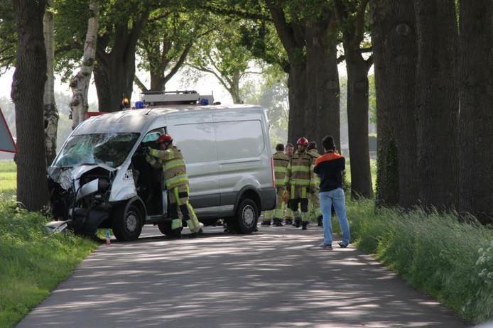 De bestelwagen botste op de Veldkampsweg tegen een boom.