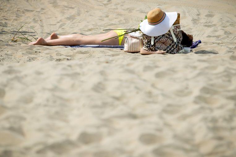Zonnebaden op het strand in Zandvoort. Beeld Hollandse Hoogte /  ANP