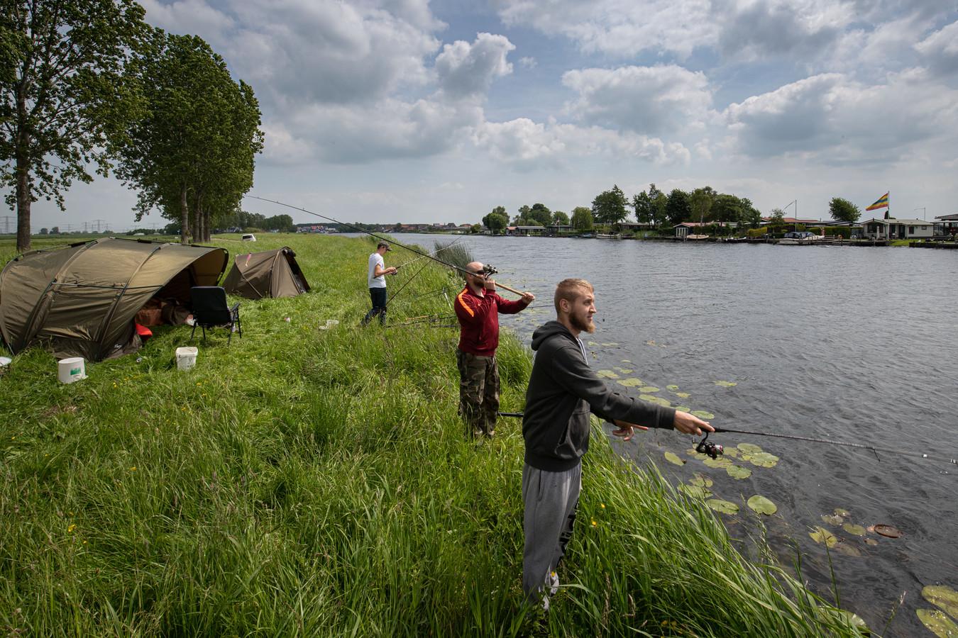 Buitenlandse vissers Andreas Wegner (r), Isaak Schaber (m) en Damian Friesen (l) zeggen de Nederlandse regels wel te kennen.