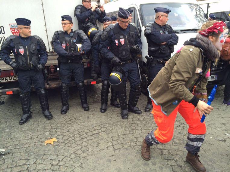 Clown daagt agenten uit Beeld Volkskrant