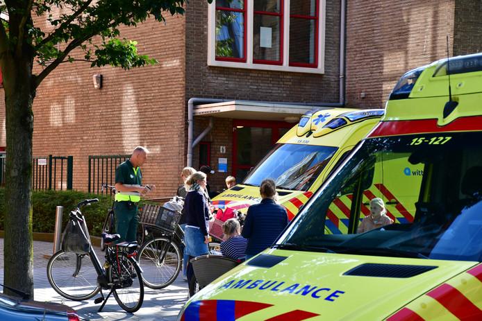 Ambulances verzamelen zich voor de Tamarschool