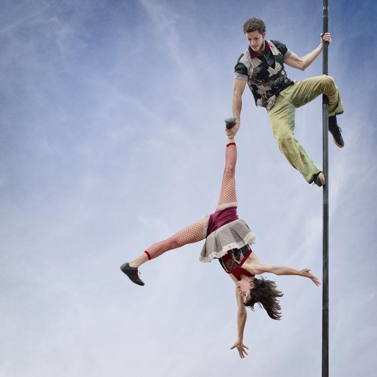 Dit duo trekt de wereld rond met hun meesterwerk van precisie aan een Chinese mast.