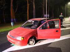 Automobilist laat verlaten auto achter midden op drukke weg bij Soesterberg
