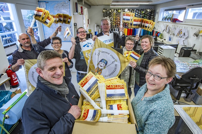De Carlijn-gekte in Lettele in beeld. De vele vlaggetjes die dit deze week nog in de doos zaten, wapperen vanmiddag volop tijdens de huldiging van de olympisch kampioene uit Lettele.
