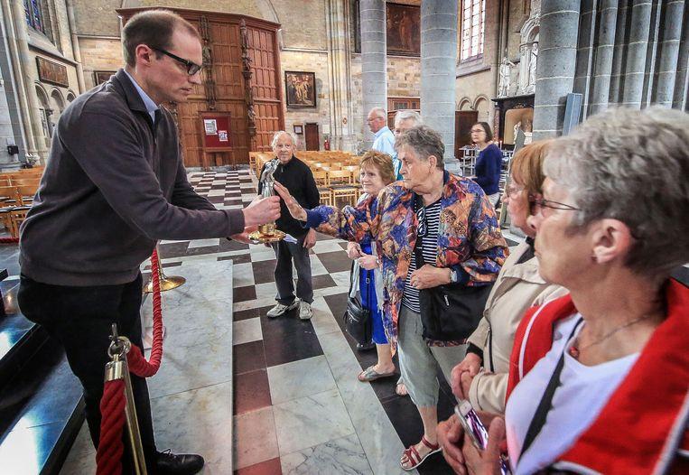 Het relikwie van Johannes-Paulus II kon in de Ieperse kathedraal al onmiddellijk op belangstelling rekenen.