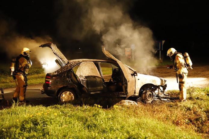 De zwaar gehavende auto in Oploo