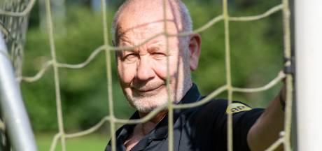 Louis (77) uit Slagharen gaat zijn 54ste seizoen als scheidsrechter in: 'Ik vind het spelletje veel te leuk'