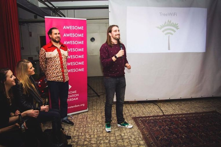 Initiatiefnemer Joris Lam tijdens een presentatie bij Awesome Foundation Amsterdam, waar hij 1000 euro won met zijn idee. Beeld -