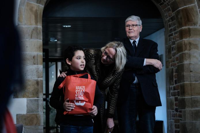 Kinderburgemeester Enes Sen en de echte burgemeester van Doesburg, Loes van der Meijs.