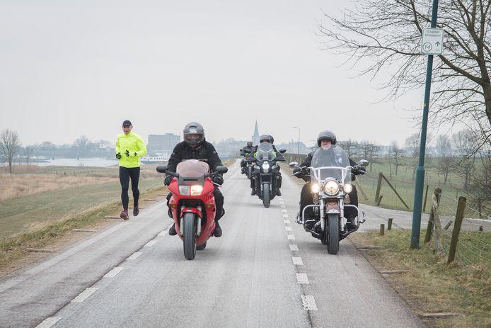 Een groepje motorrijders maakt een protestrit op de Lekdijk tussen Lopik en Schoonhoven.