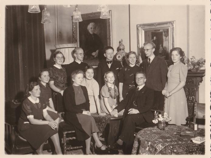 De familie Van der Putt, met in het midden met de lange vlechten naast haar vader Raula.