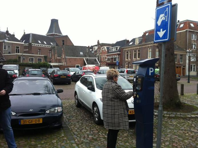 Binnenstadbewoners met een plek op het eigen erf verliezen het recht op een parkeervergunning en zullen voortaan gewoon moeten betalen aan de paal.