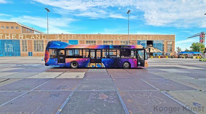 Ruud Kooger poseert voor zijn eigen ontworpen en bespoten Galaxy-bus.