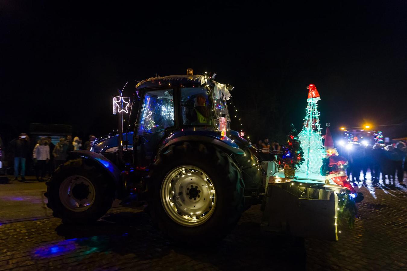 Deze tractor is uitgedost met een verlichte kerstboom.
