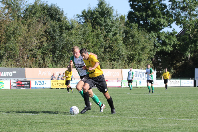 Ronald Zwager (geel shirt) maakte zaterdag twee goals.