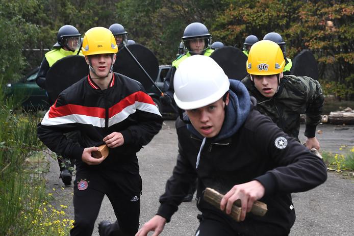 Rellen en aanslagen in Landhorst. Niet echt natuurlijk: deze studenten gooiden maandag in hun rol van hooligan niet met bakstenen maar met houten blokjes.