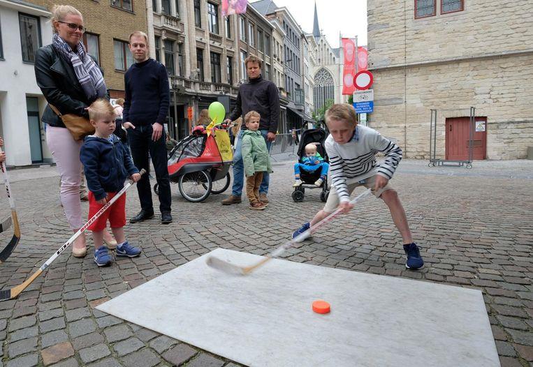 Jongens proberen hockey uit op de IJzerenleen.
