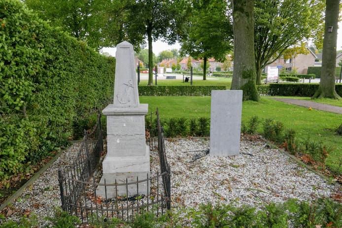 Het graf van de oom van Vincent van Gogh (links) is dringend aan een opknapbeurt toe. Rechts het graf van een tante van Vincent. Dat is geen officieel Van Gogh-monument
