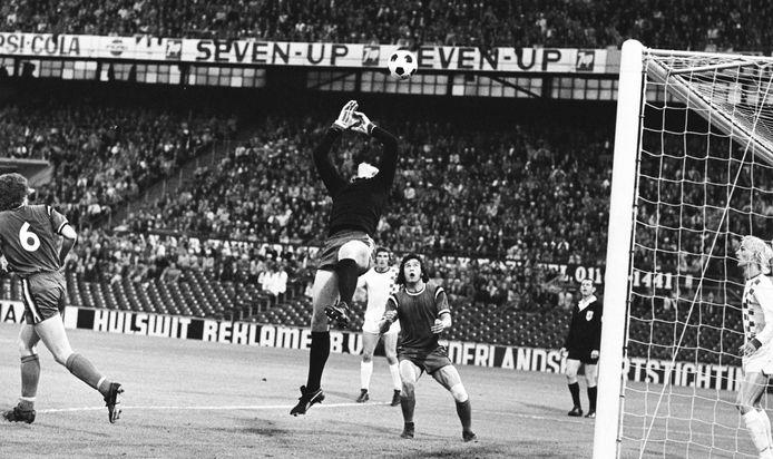 31 mei 1973. Keeper Harry Schellekens laat een voorzet uit zijn handen glippen, waarn Stanley Bish de bal in het doel werkt.