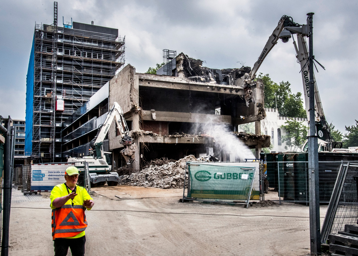 Een flink deel van de bestuursvleugel en de oude raadszaal van het stadskantoor zijn inmiddels gesloopt.