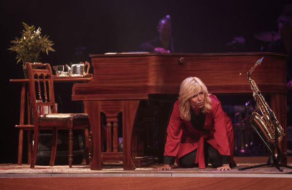De Breij weeft **mooie rode draad** door voorstelling #NU, maar veel grappen voelen achterhaald