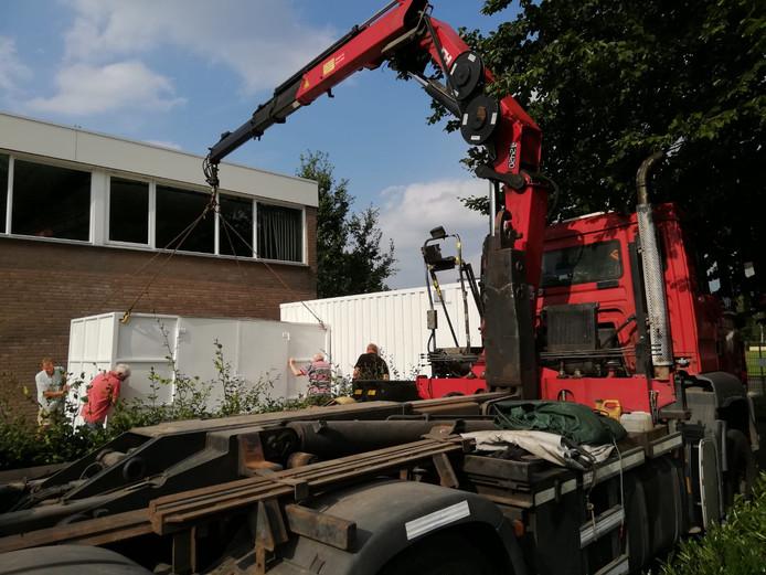 De containers worden tegen basisschool De Linde geplaatst.