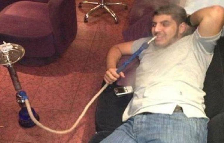 Suleiman lurkend aan een waterpijp. Beeld Twitter