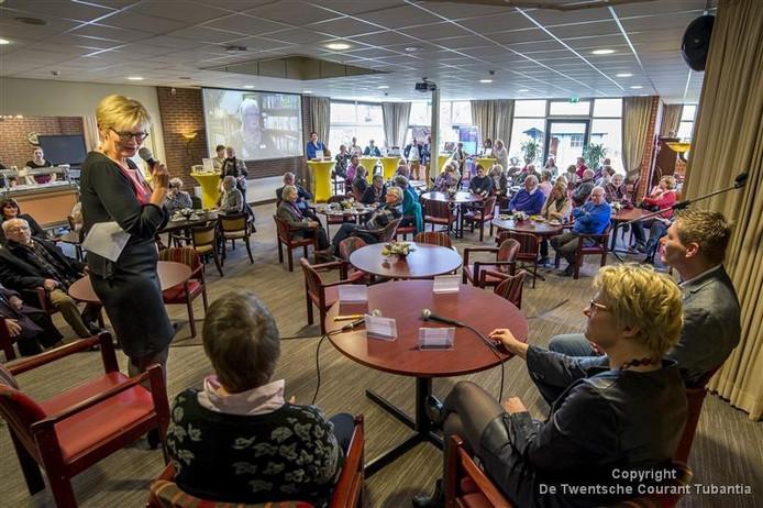 Wiesje Heeringa (met microfoon), directeur-bestuurder van de Zorgfederatie Oldenzaal, is opgelucht dat de IGZ heeft bevestigd dat er qua zorg helemaal 'niets aan de hand is' bij haar instelling.