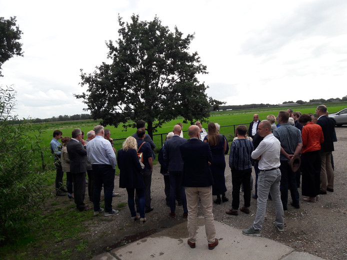 Tilburgse raadsleden krijgen bij de beoogde locatie uitleg over de inpassing van bedrijventerrein Wijkevoort.