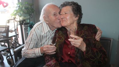 75 jaar huwelijk, maar het liefdesvuur blijft branden: Jules en Anna vieren albasten jubileum met glaasje champagne