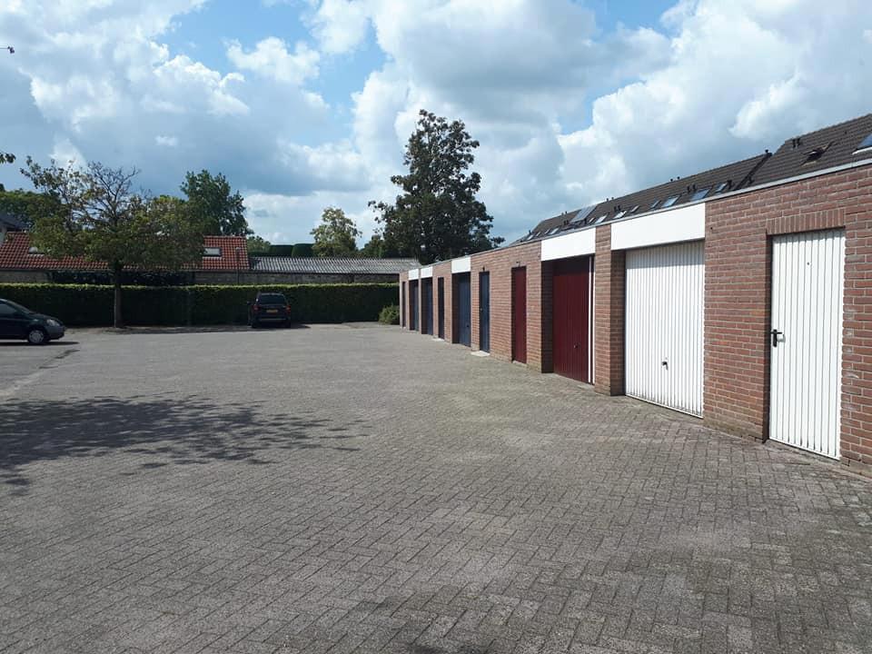 De garageboxen in Beek en Donk waar de fietsen en gereerdschap uit werden gestolen.