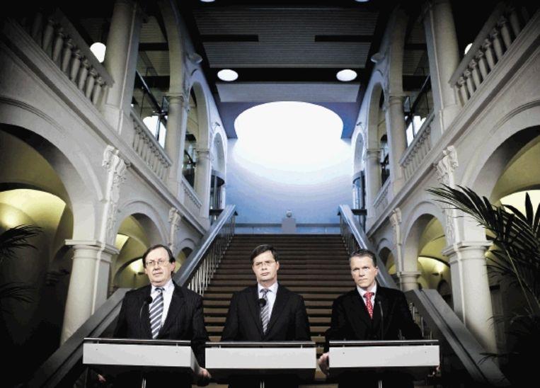 Wellink (l), Balkenende en Bos op 3 oktober 2008. De Nederlandse overheid maakte bekend eigenaar te worden van Fortis Nederland. (FOTO ANP ) Beeld Phil Nijhuis