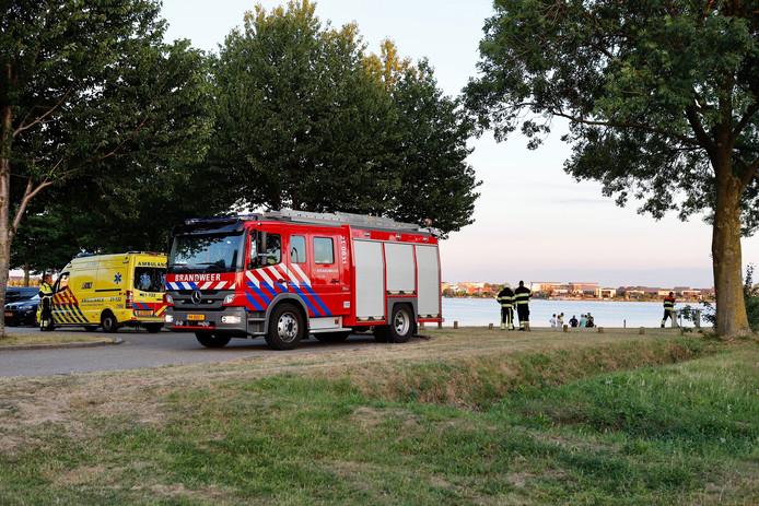 Hulpdiensten aan het water bij Katwijk