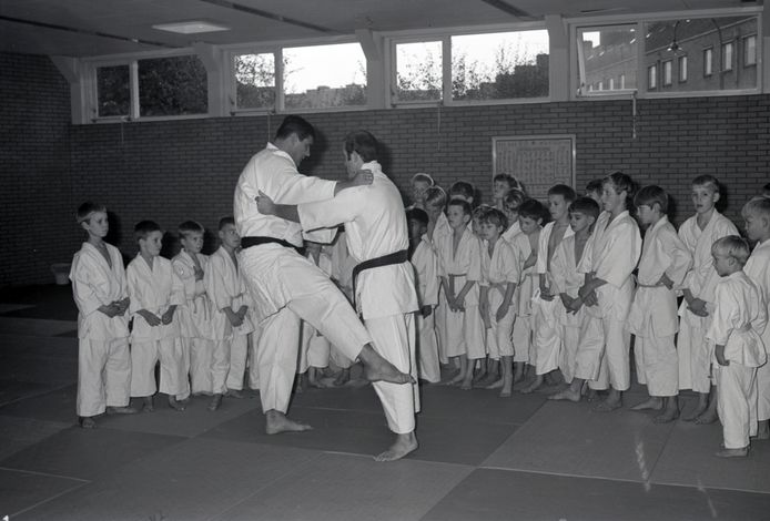 Anton Geesink geeft judoles in zijn eigen sportschool. Foto uit 1966. In het pand komen 24 appartementen.